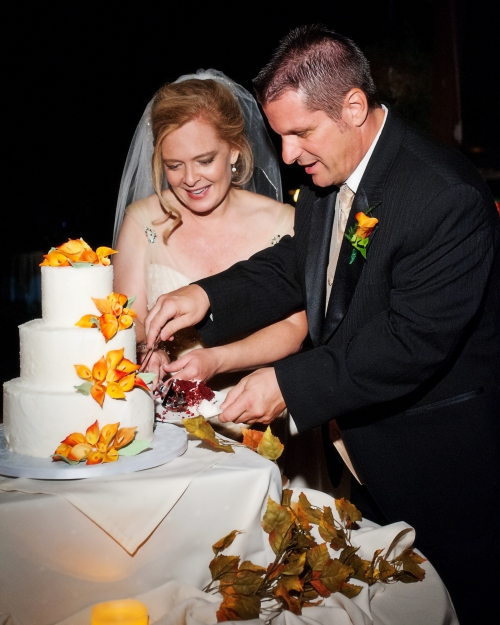 Rachel & Jim Cutting their Cake made by Sedona Sweet Arts - cwlifephotography.com